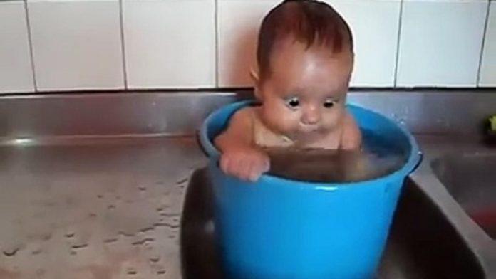 yıkanan çocuk
